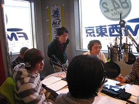 スタジオでリポート中の吉野さん