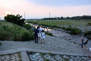 多摩川の水辺でごみ拾い