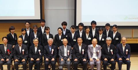 多摩未来奨学生と審査員の方の集合写真