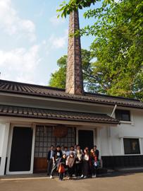 田村酒造の趣ある煙突と大きな杉玉